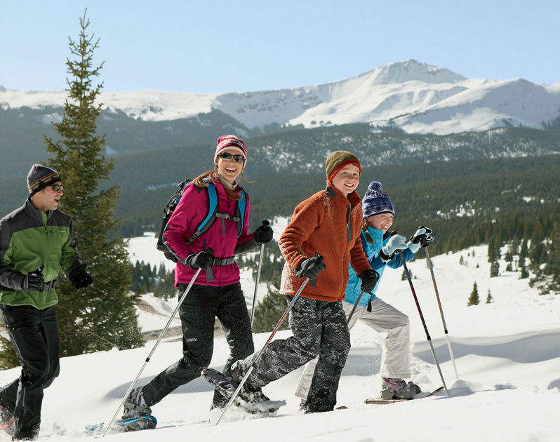 snowshoeing-family2